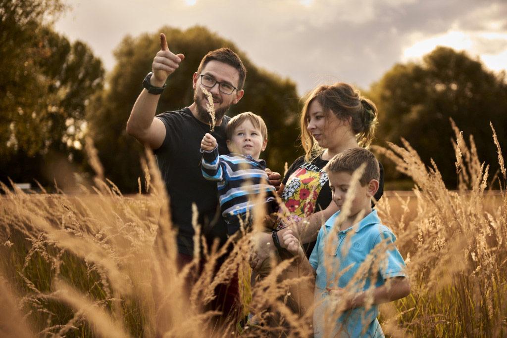 Sesja rodzinna w plenerze las lifestyle 10 10
